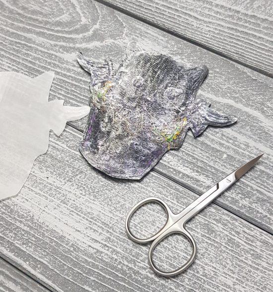 Снимите защитную бумагу в нашивки. Вы увидите клеющий слой.